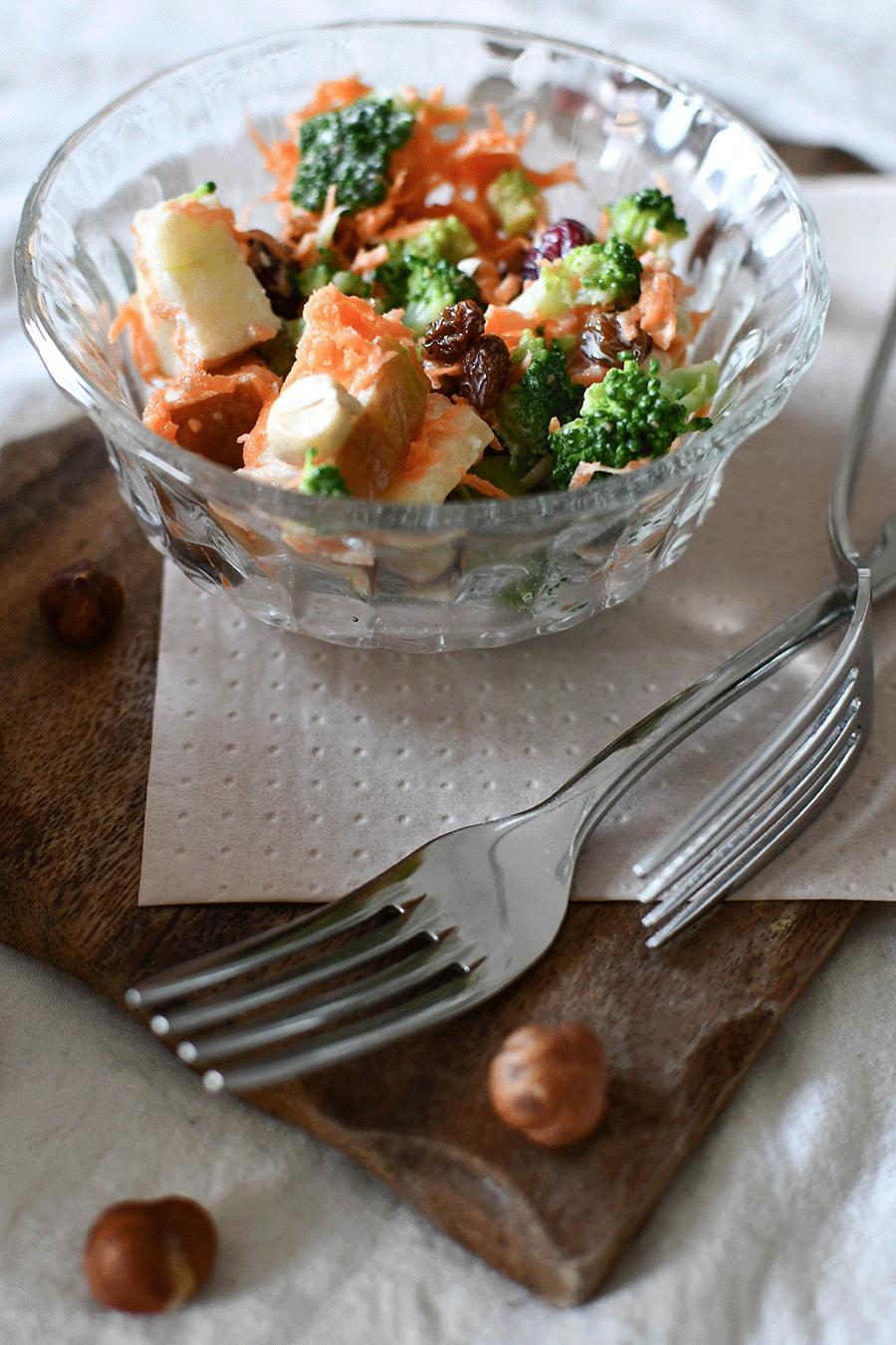 Brokkolisalat mit Joghurt - Dressing