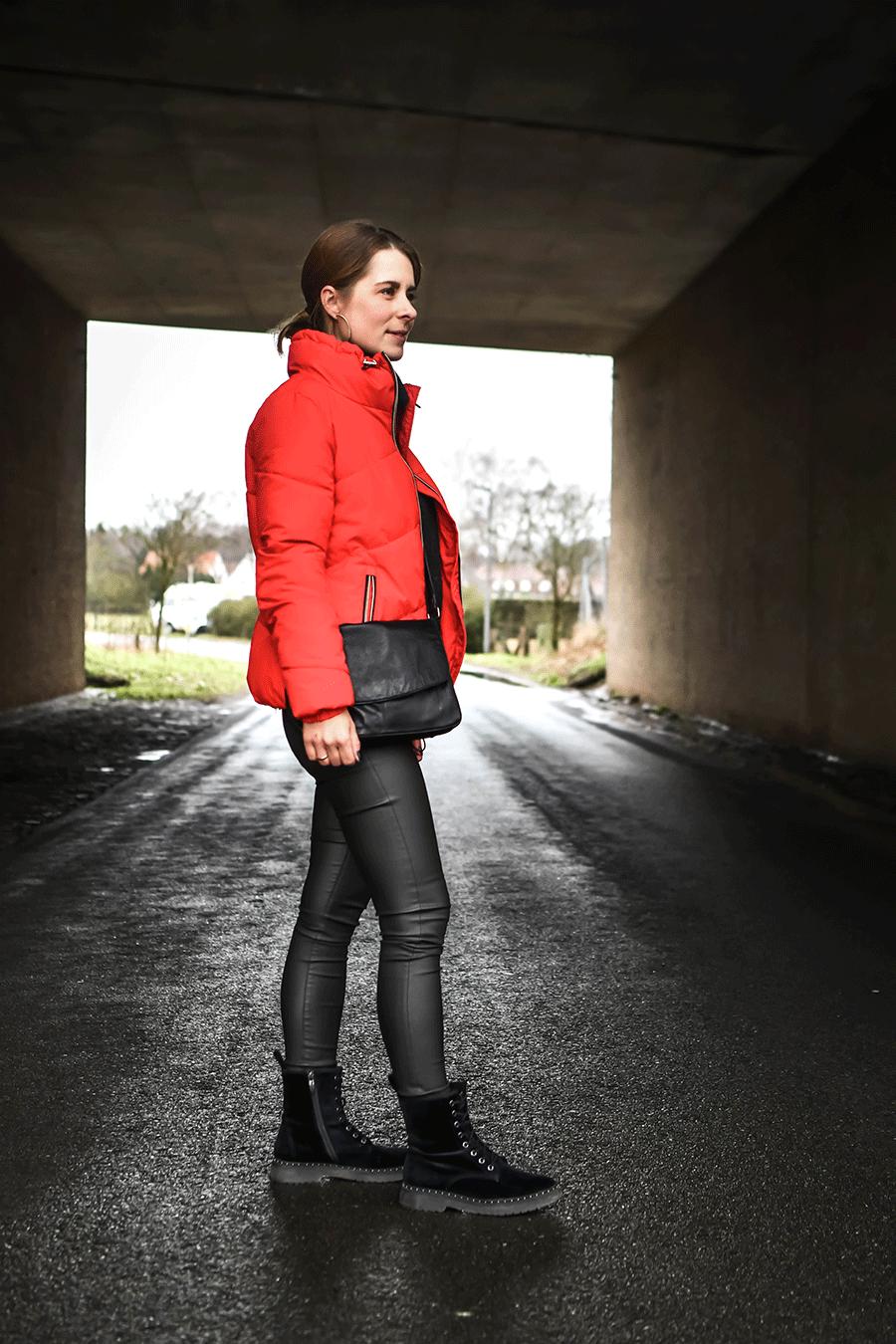Winter - Outfit: Daunenjacke, Hose in Lederoptik und Boots