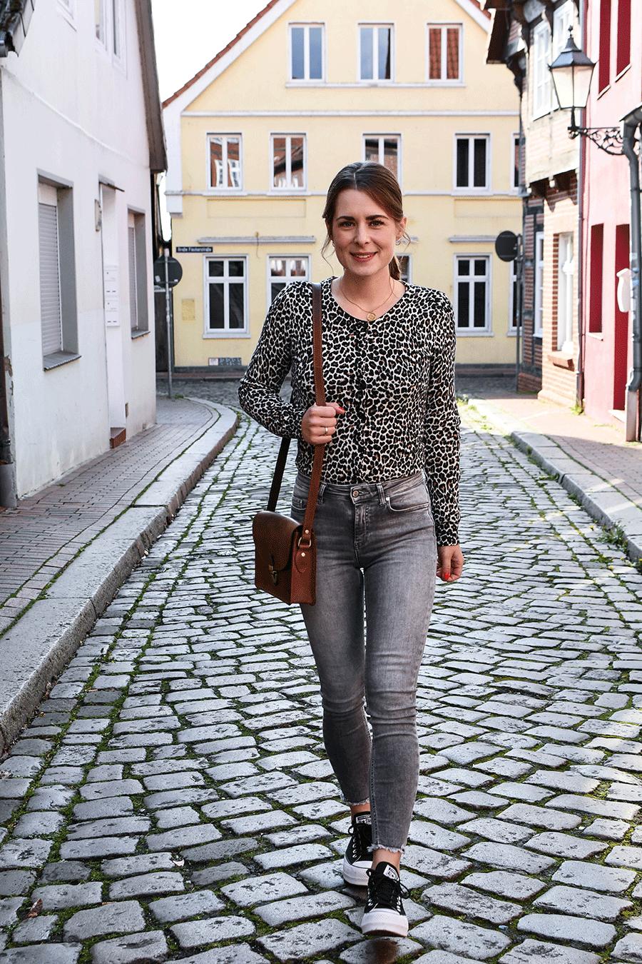 Alltagsoutfit: Jeans, Leoparden-Jacke und Plateau Sneakers