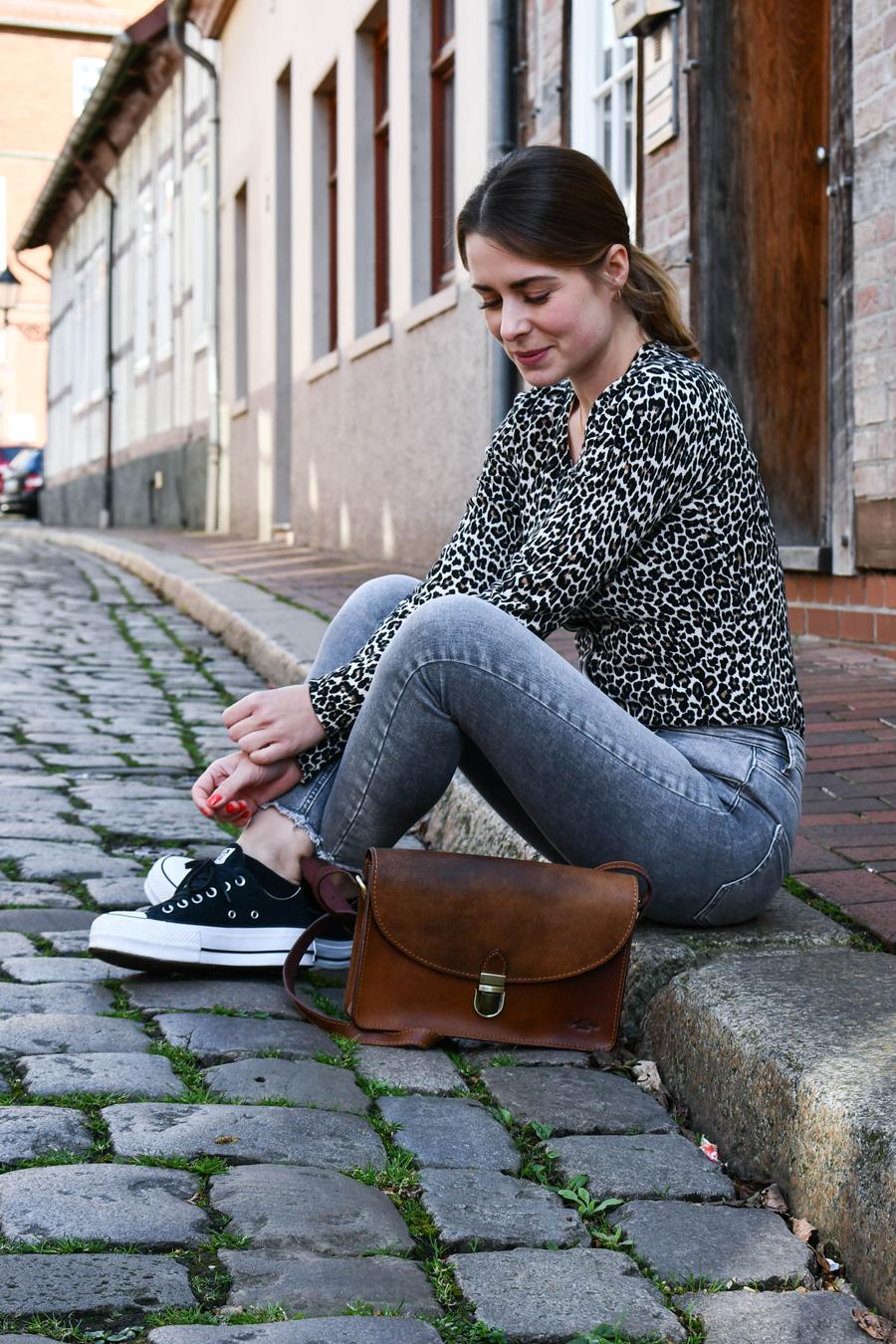 Alltagsoutfit: Jeans, Leo-Jacke und Plateau Sneakers