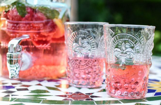 Fruchtiger Eistee mit Himbeeren, Holunderblütensirup und Minze (WW)