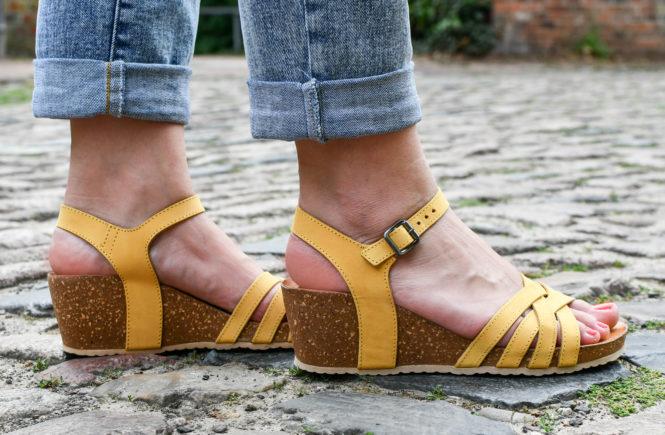 Sieh dir diesen Beitrag auf Instagram an 🎉 GEWINNSPIEL 🎉 Der Sommerurlaub steht vor der Tür! #beachtime ☀️ Für alle Strandliebhaber verlosen wir ein Paar Schuhe eurer Wahl im Wert von max. 100€. 🥳 So geht's: 1️⃣ Beitrag liken 2️⃣ Markiert Eure Reisebegleitung für euer nächstes Traumziel 🏝  3️⃣ Und kommentiert, welche Schuhe im Sommerurlaub nicht fehlen dürfen. Und schon seid ihr dabei 😘 Ausgelost wird am 29.07.19. #sommerschuhe  Teilnahmebedingungen findet ihr in der Bio. Ein Beitrag geteilt von schuhe.de (@schuhe.de_womensworld) am Jul 15, 2019 um 9:09 PDT