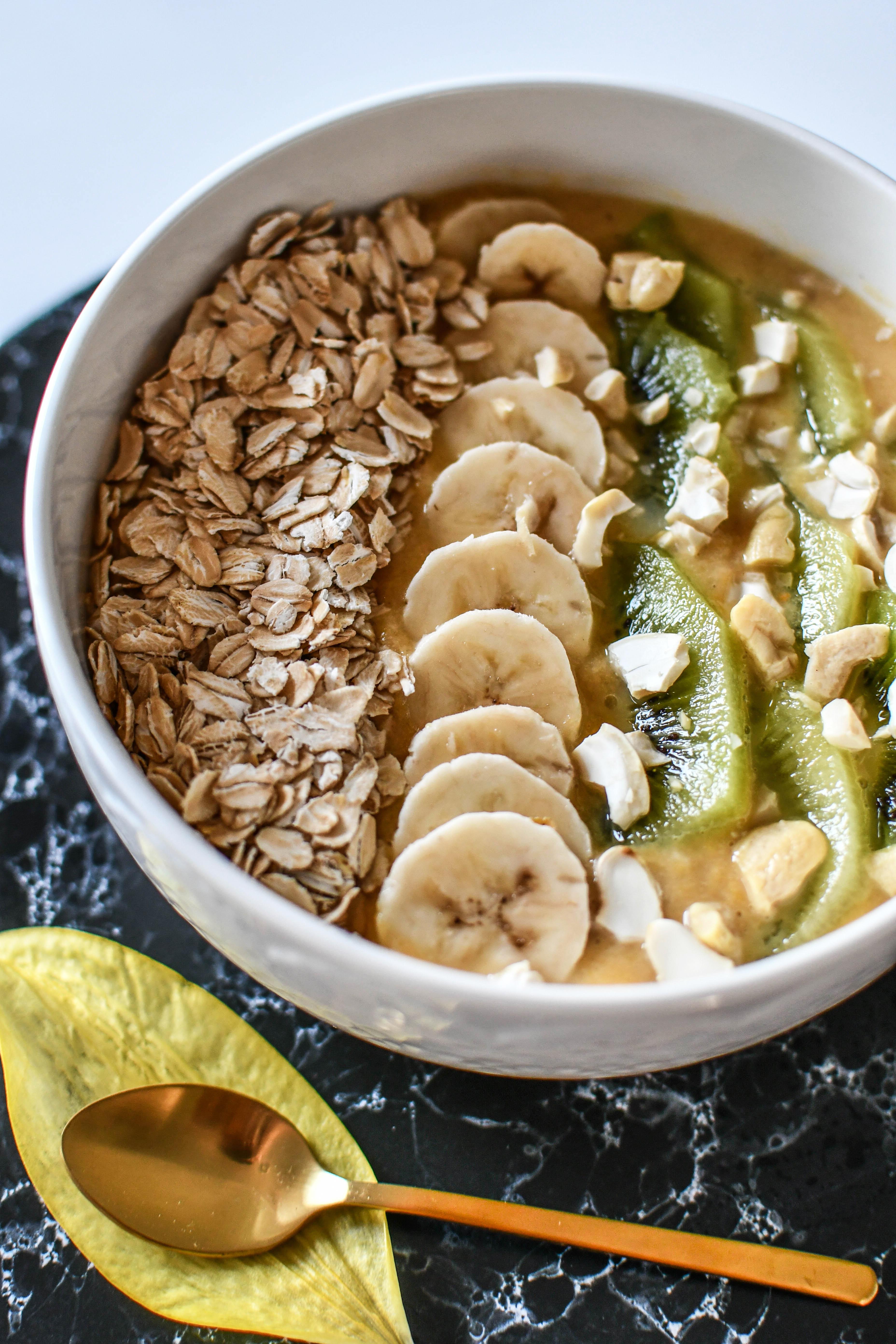Smoothiebowl mit Banane, Apfel und Kiwi