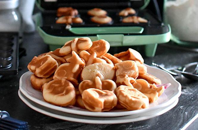 Ob nun zu Ostern passend in Hasen-, Ei- oder Schmetterlingform oder ganz klassisch - Waffeln sind nicht nur köstlich zu Ostern. Ihr benötigt auch nicht unbedingt ein Waffeleisen, sondern könnt auch einfach Silikonförmchen mit dem Teig füllen und die Waffeln dann im Ofen backen.