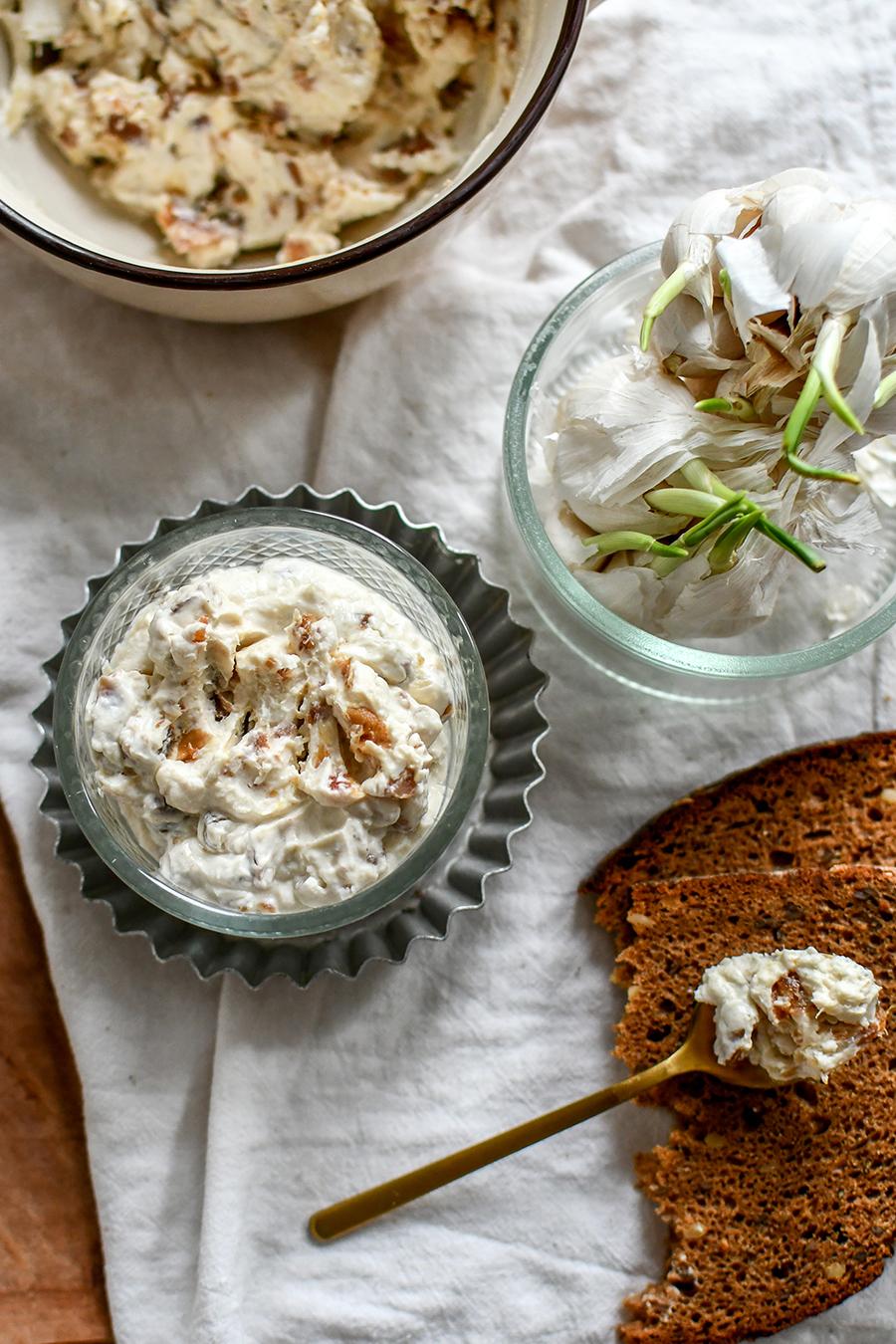 Dattel-Frischkäse-Dip mit Schmand