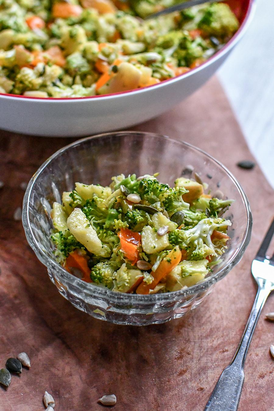 Salat mit Brokkoli und Pinienkernen