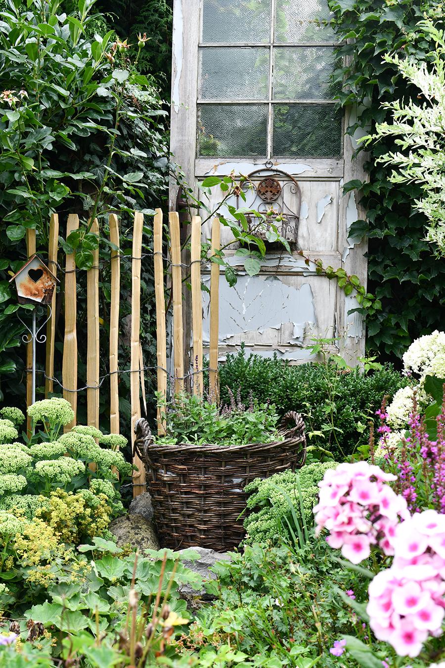 Staketenzaun aus Kastanie - natürliche Gartendekoration