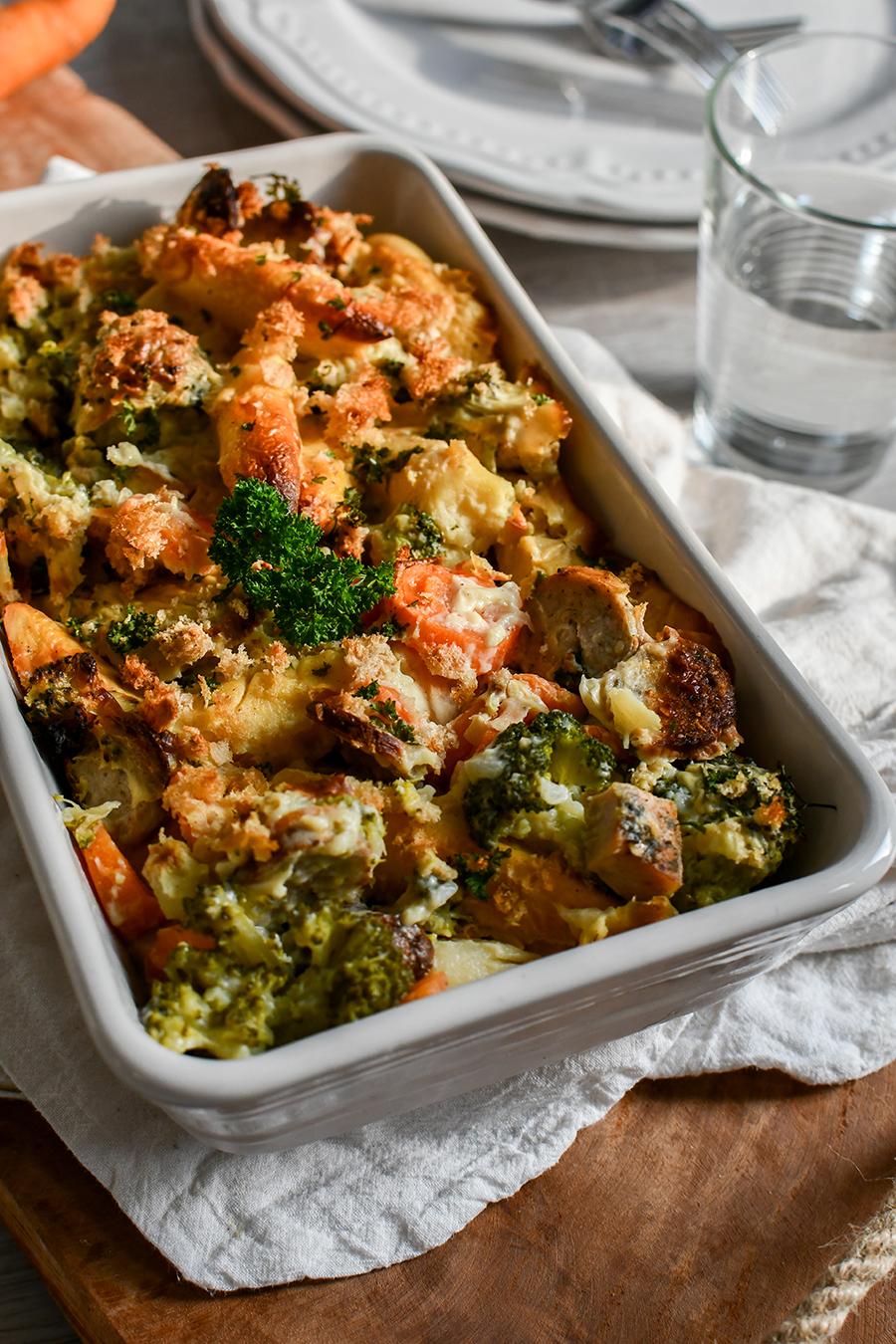 Nudel-Auflauf mit Gemüse und Würstchen in Käse-Sahnesoße