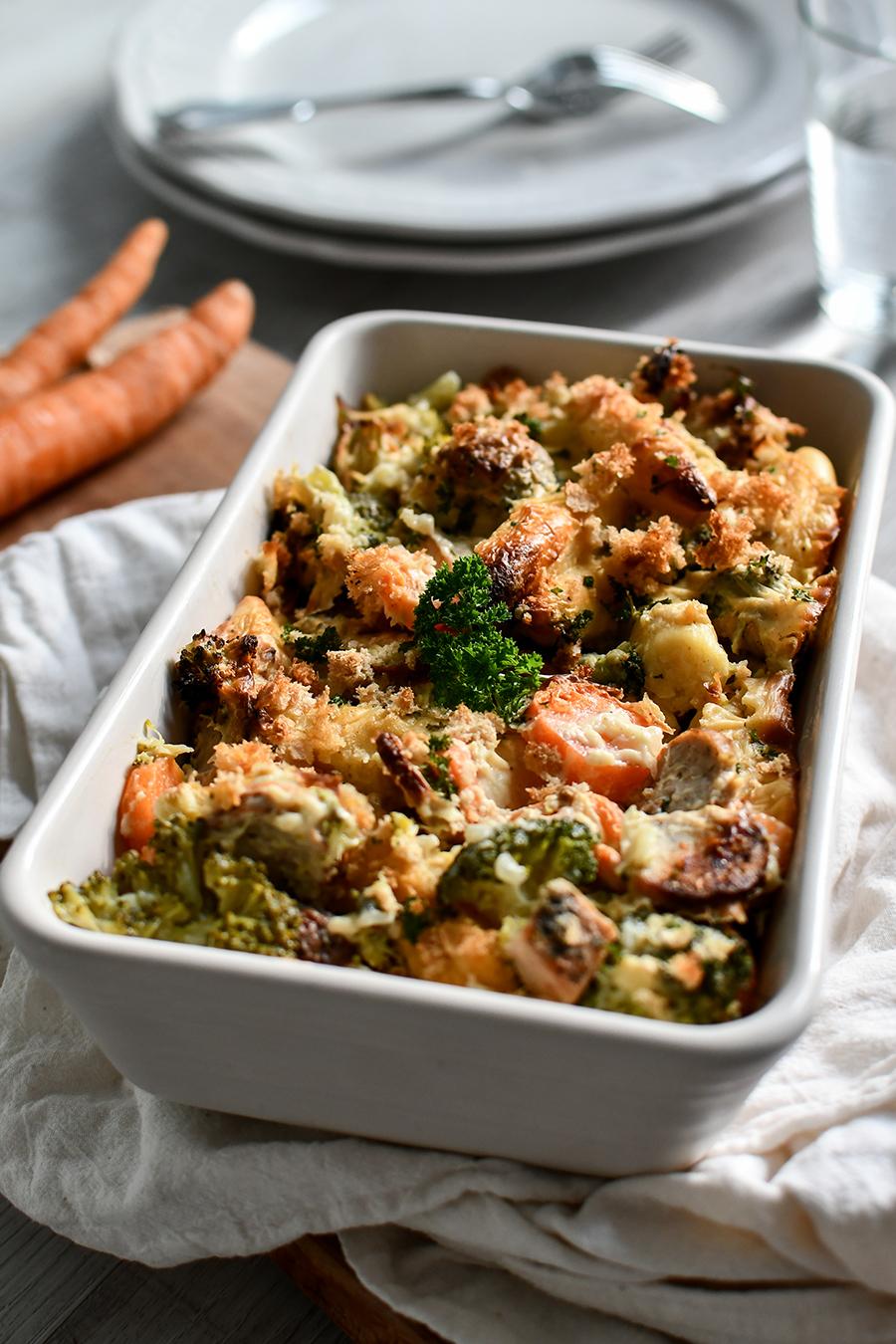 Nudel-Auflauf mit Gemüse und Würstchen in Sahnesoße